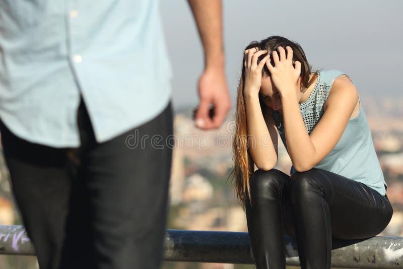 Upplösning av ett par med skurken och den ledsna flickvännen royaltyfri fotografi