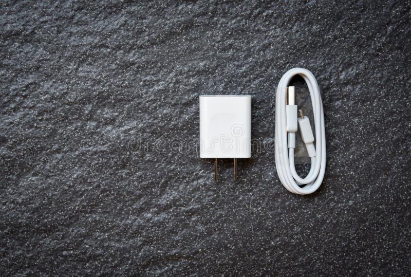 Uppladdare för Smartphone adaptermakt och vit USB kabel för mobiltelefonuppladdare arkivfoton
