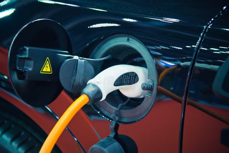 Uppladdning av en elbil arkivfoton