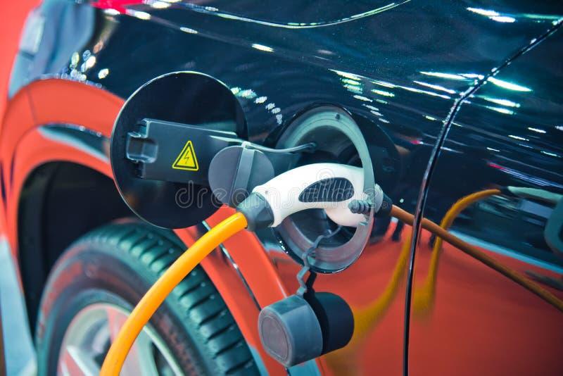 Uppladdning av en elbil arkivbild