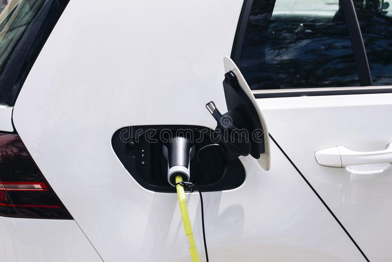 Uppladdning av en elbil royaltyfria bilder