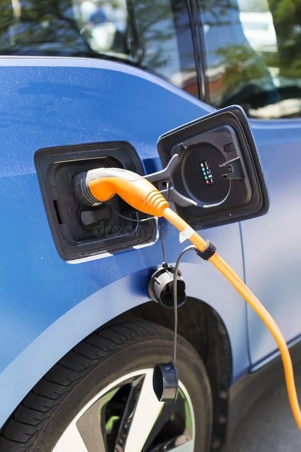 Uppladdning av en elbil fotografering för bildbyråer