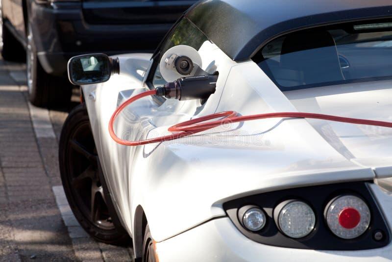 Uppladdning av en elektrisk sportbil arkivfoton
