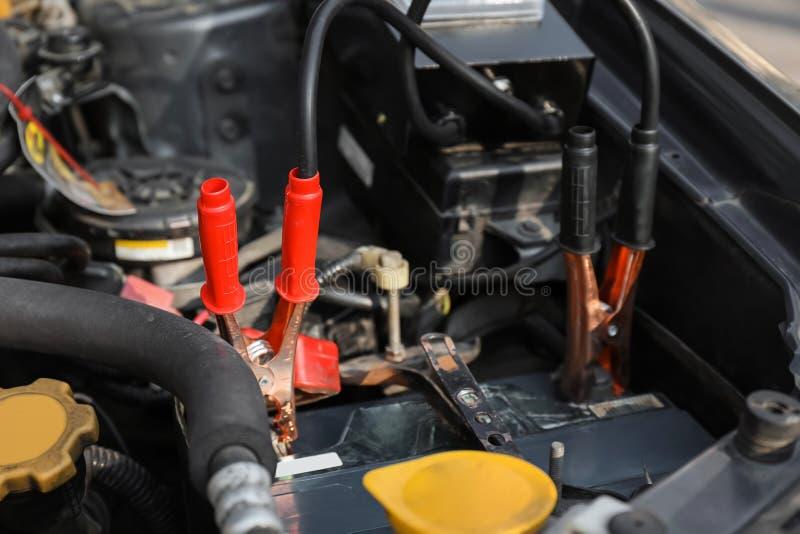 Uppladdning av ett bilbatteri arkivfoton