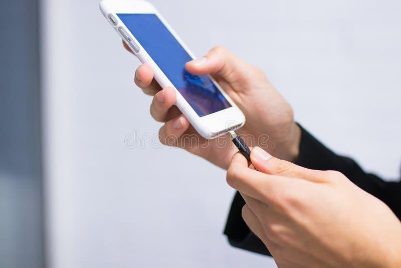 Uppladdning av telefonen royaltyfri foto