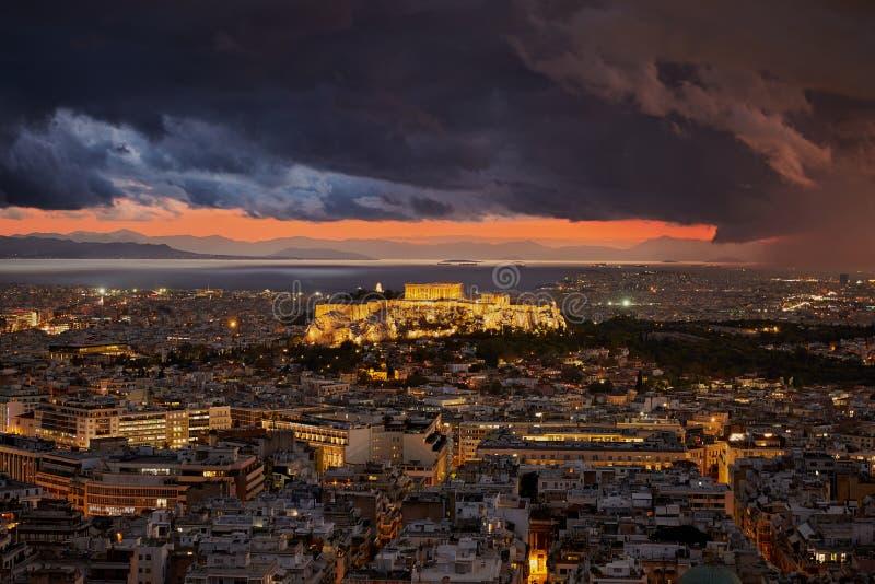 Upplyst akropol av Aten Grekland på molnig himmel royaltyfri fotografi
