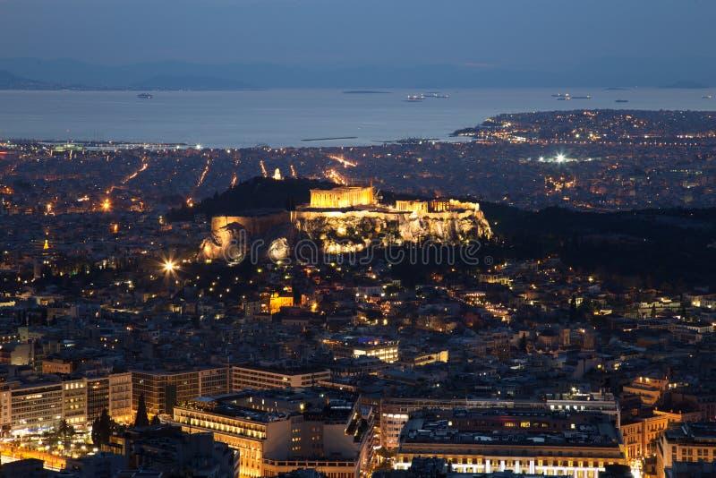 Upplyst akropol i Aten, Grekland på skymning arkivfoto