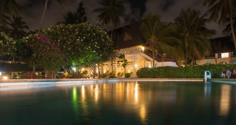 Upplyst byggnad för Kenyan Hotel nightviewpöl royaltyfri foto