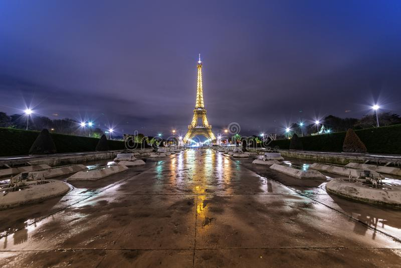 Upplyst Eiffeltorn i Paris royaltyfri bild