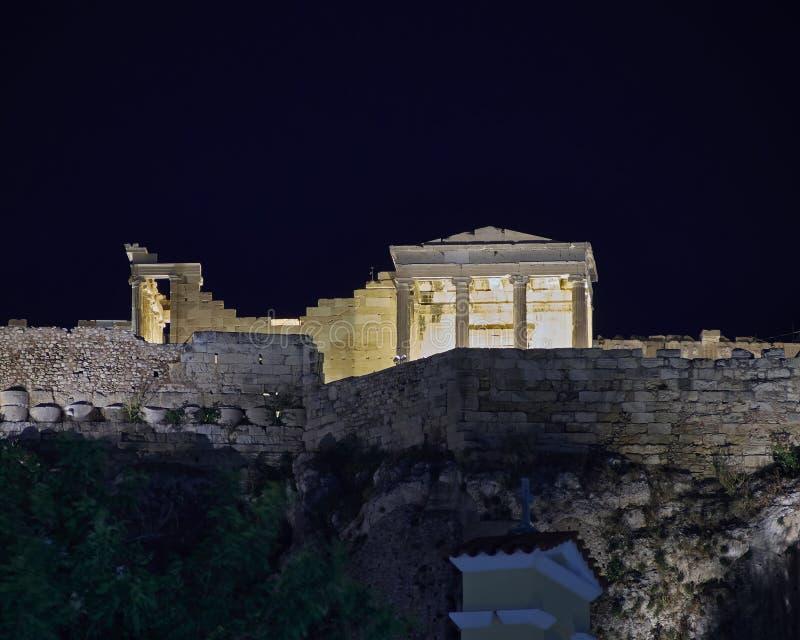 Upplyst Erechtheion tempel, Aten akropol, Grekland royaltyfri bild