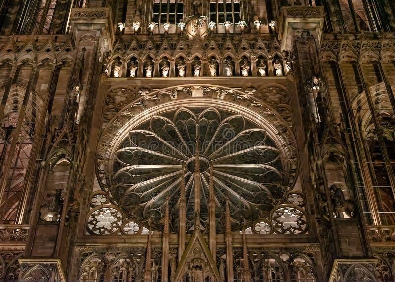 Upplyst fasad av domkyrkan av Notre Dame i Strasbourg p? natten royaltyfri bild