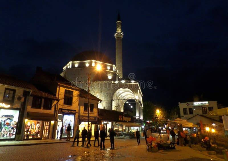 Upplyst gränsmärke av den gamla staden av Prizren, Kosovo royaltyfria foton