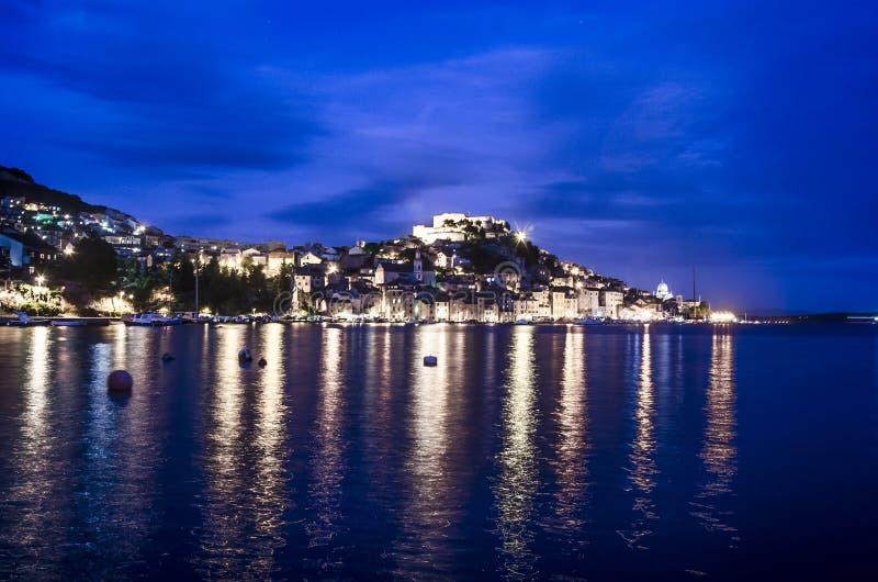 Upplyst hamn i Sibenik, Kroatien arkivfoton