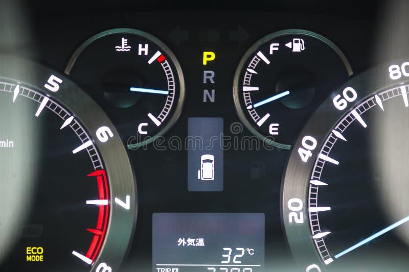 Upplyst instrumentbrädacloseup för modern bil royaltyfria foton