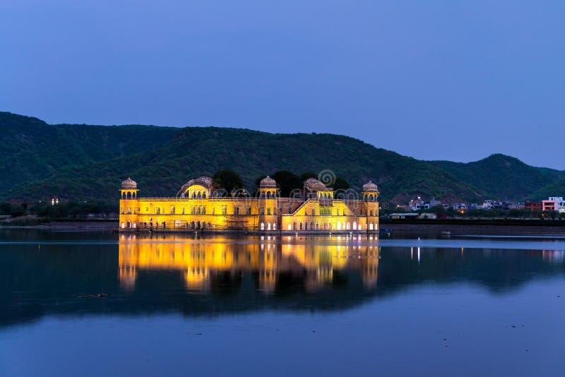 Upplyst Jal Mahal slott på natten i Jaipur royaltyfri fotografi