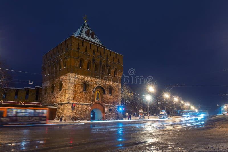 Upplyst Kremlvägg och maingate i Nizhny Novgorod royaltyfri bild