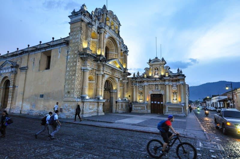 Upplyst kyrka i Antigua, Guatemala royaltyfri bild