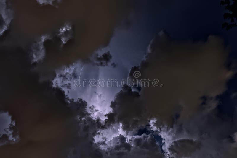 Upplyst molnig natthimmel royaltyfria bilder