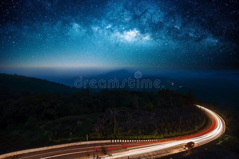 Upplyst nattväg arkivfoton