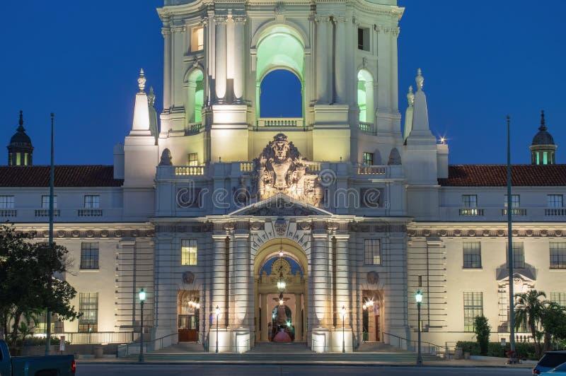 Upplyst Pasadena City Hall Dome och Towers royaltyfri foto