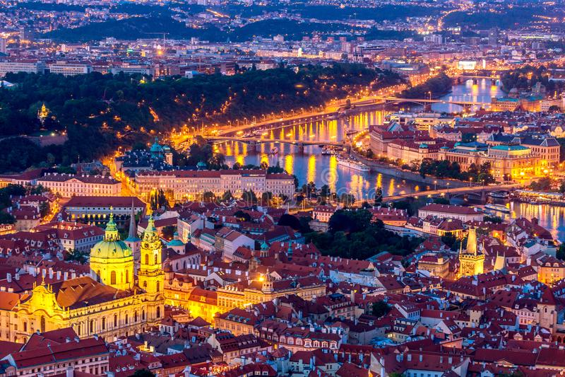 Upplyst Prag vid mörkblå timme VIew från Petrin hill arkivfoton