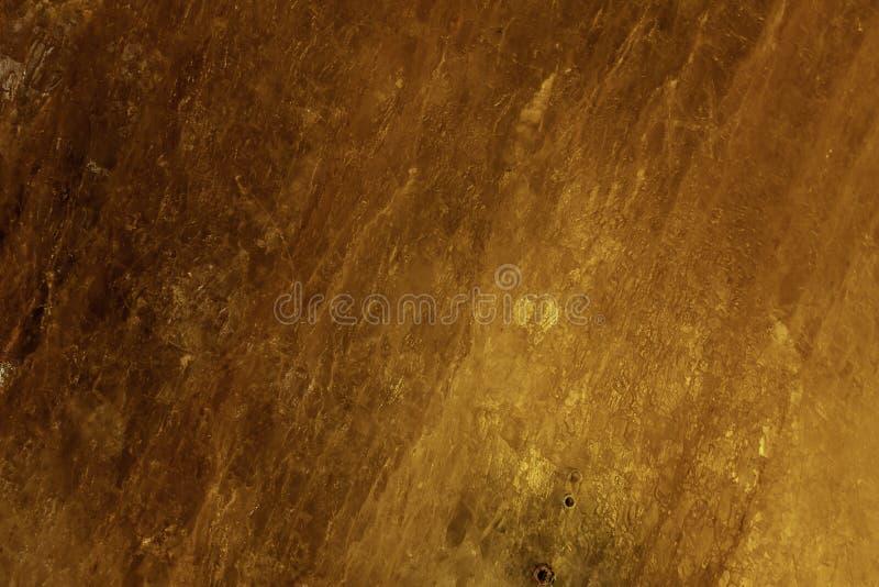 Upplyst salt crystal tegelsten på väggen i den salta Khewra minen royaltyfri bild