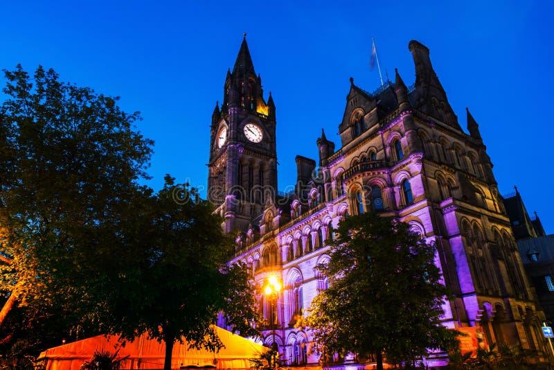 Upplyst stadshus i Manchester, UK på natten royaltyfria foton