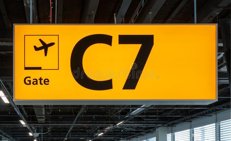 Upplyst tecken på flygplatsen med portnummer arkivfoton