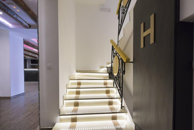 Upplyst trappa i tom korridor arkivfoto
