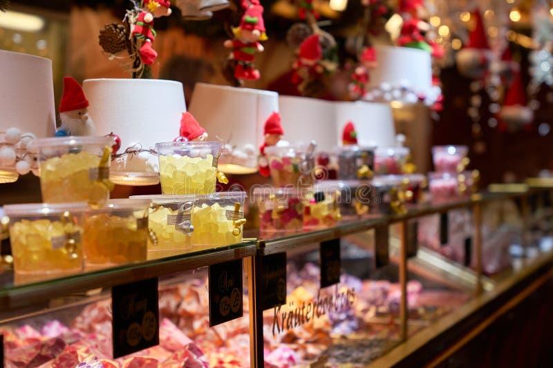 Upplyst tysk julmarknadsplats arkivbild