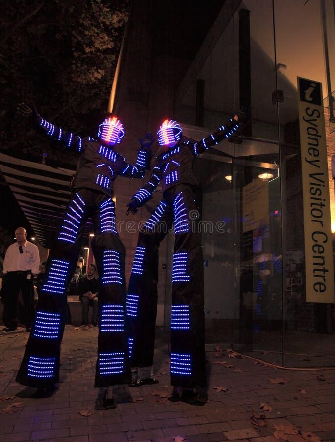 Upplysta gataaktörer, styltafotgängare för Sydney Vivid a arkivfoton