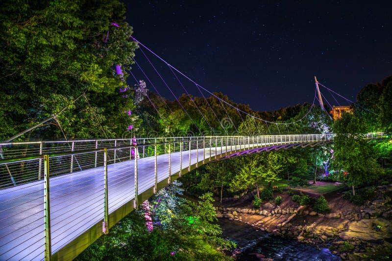 Upplysta Liberty Bridge i i stadens centrum Greenville South Carolina arkivbild