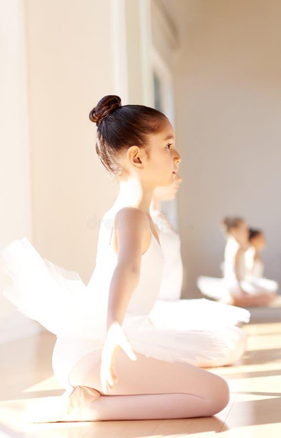 Uppmärksam ballerinaflicka på balettutbildningen royaltyfria foton