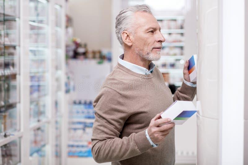 Uppmärksam hög man som tar omsorg av hälsa arkivbild