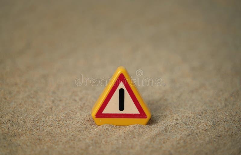 Uppmärksamhetsignal på strandsand och med utrymmen runt om motivet att vara i stånd till att sätta texter G?ra perfekt f?r bakgru royaltyfri fotografi