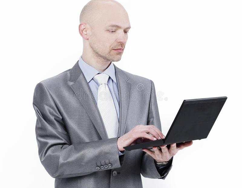 Uppmärksamt affärsmananseende med en bärbar dator Isolerat på vit royaltyfri foto