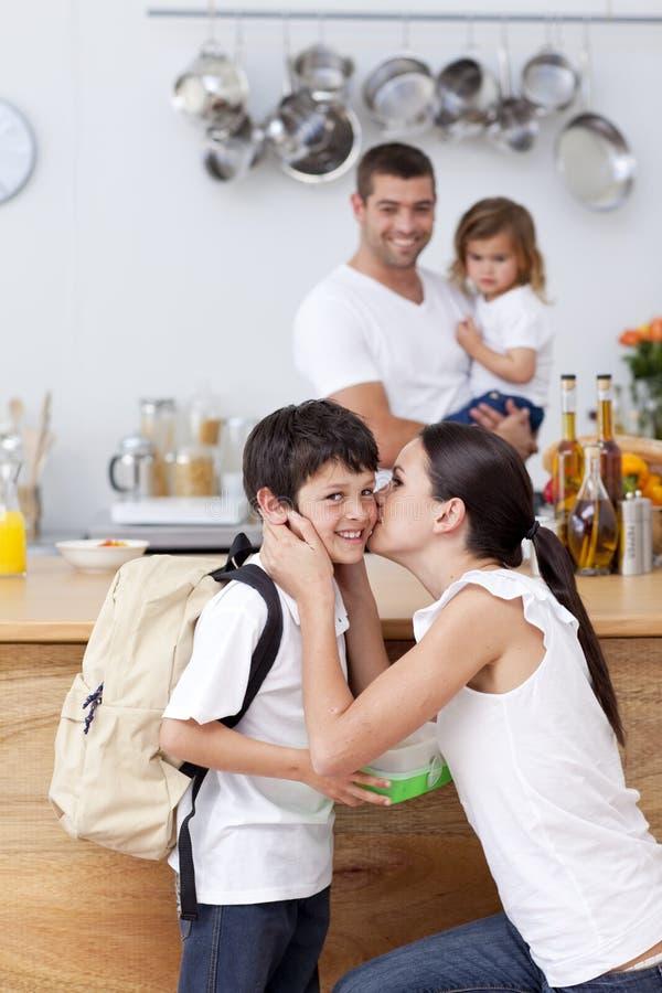 uppmärksamt ge henne sonen för lunchmoderskola till royaltyfri fotografi