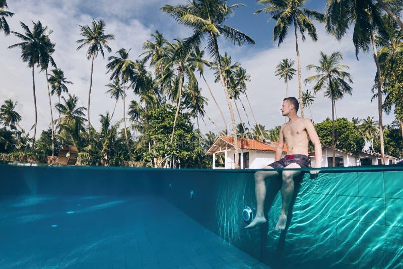 Uppmjukning i simbassäng arkivbilder