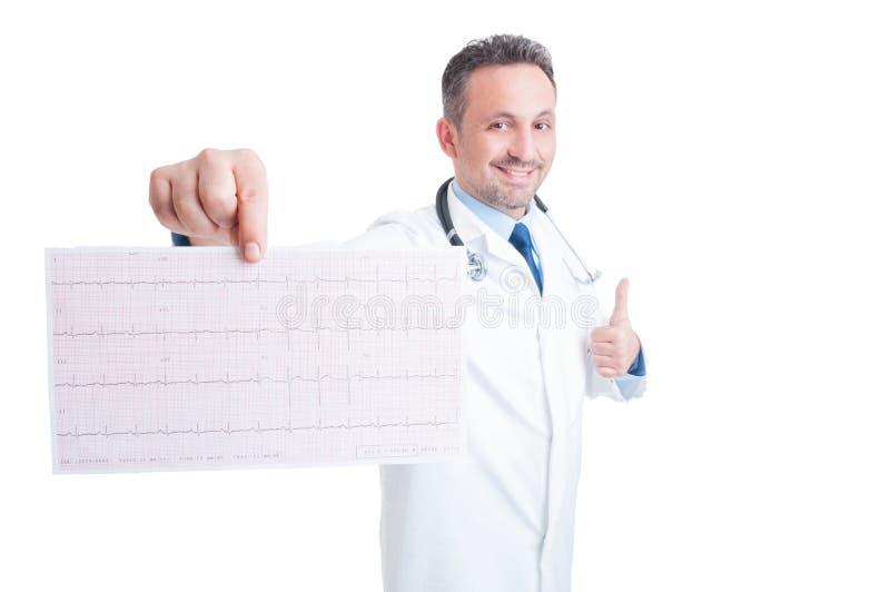 Uppmuntrankardiolog som visar sund ekg och som gest royaltyfri foto