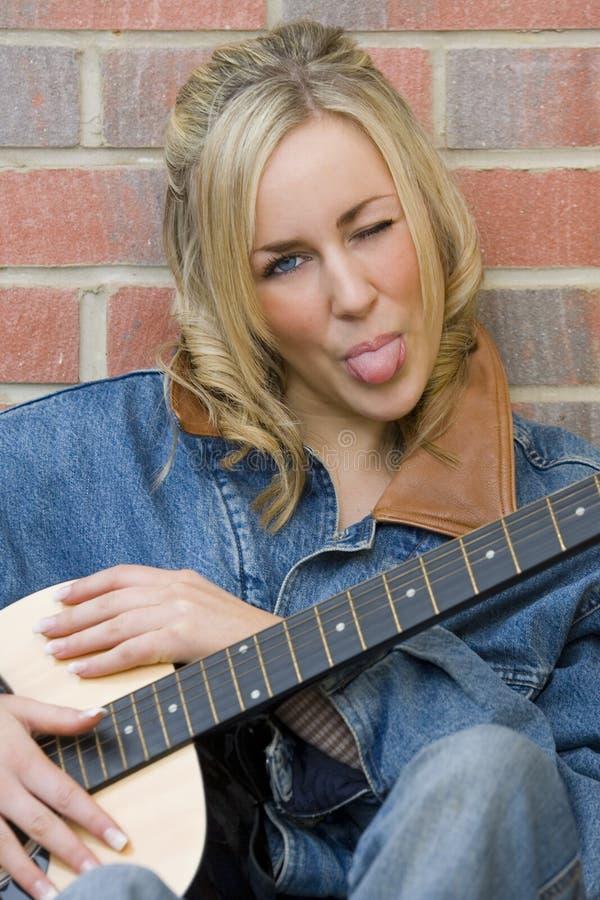 uppnosig gitarrist fotografering för bildbyråer