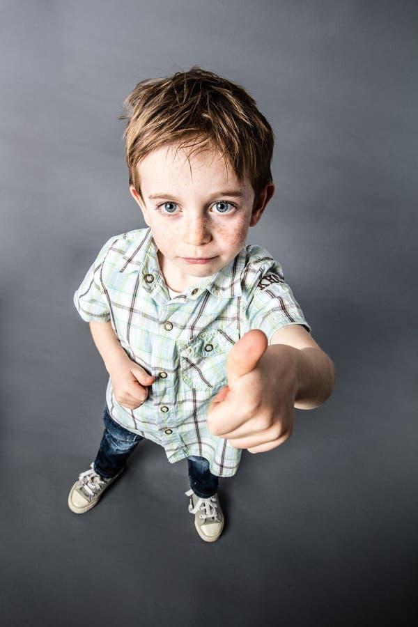 Uppnosigt reko för den busiga pysen som uttrycker hans barngodkännande royaltyfri fotografi