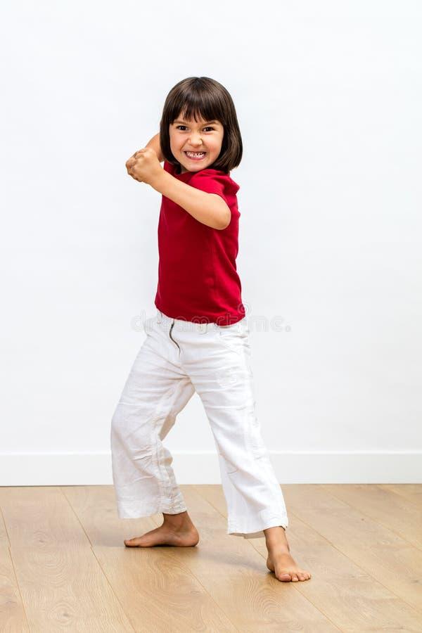 Uppnosigt ungt barn som spelar tigern eller monstret som uttrycker sportig ilska royaltyfri bild