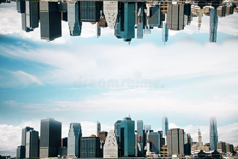 Uppochnervänd stad arkivfoto