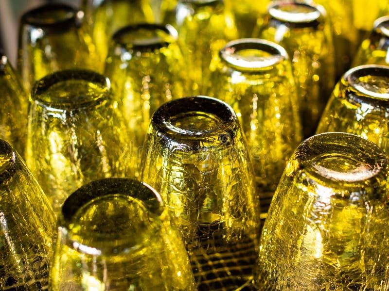 Uppochnervända gula exponeringsglas för tappning arkivbilder