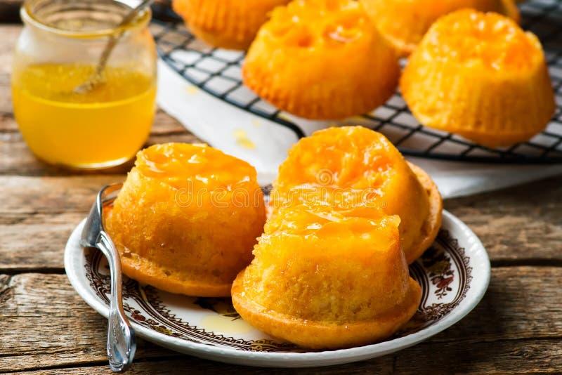 Uppochnervända kakor för Clementine royaltyfria bilder