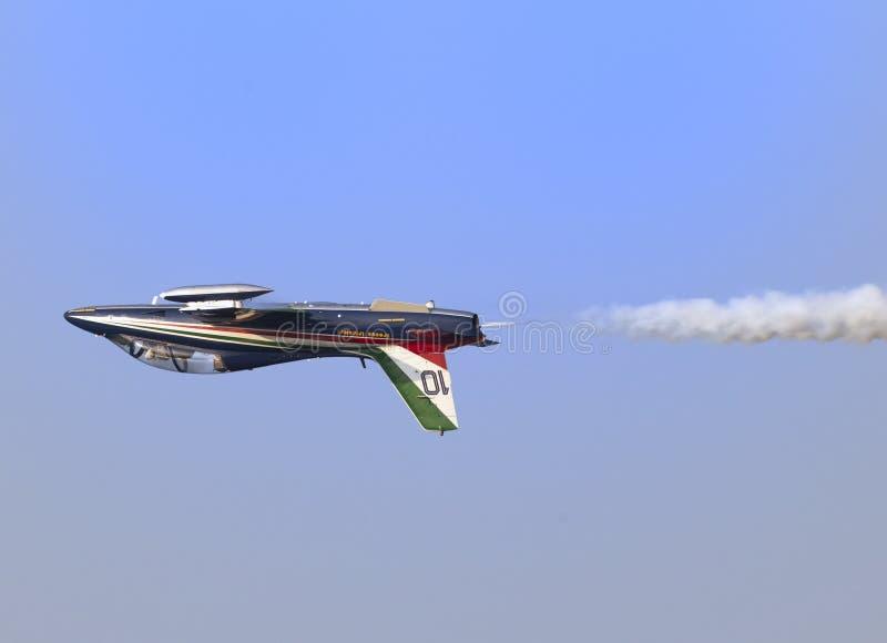 Uppochnervänt flyg av solisten på den italienska tricolor pilflygshowen royaltyfri illustrationer