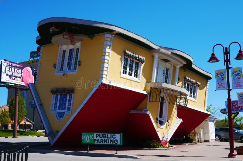 Uppochnervänt hus i Clifton Hill, Niagara Falls arkivbilder
