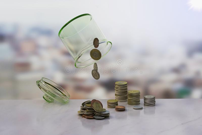 Uppochnervänt kruset av mynt bakgrund, bankrutt royaltyfri foto
