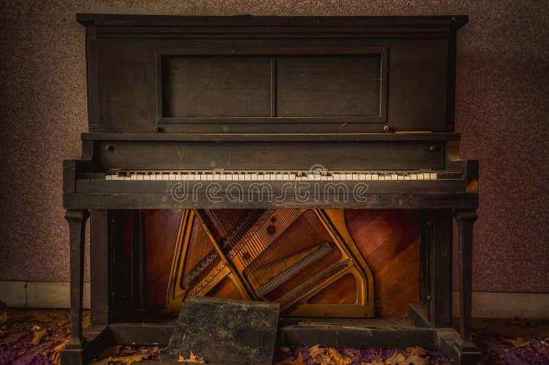Upprätt piano för antikvitet royaltyfria foton