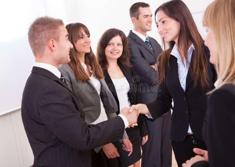 uppröra för affärsmanaffärskvinnahänder royaltyfri foto